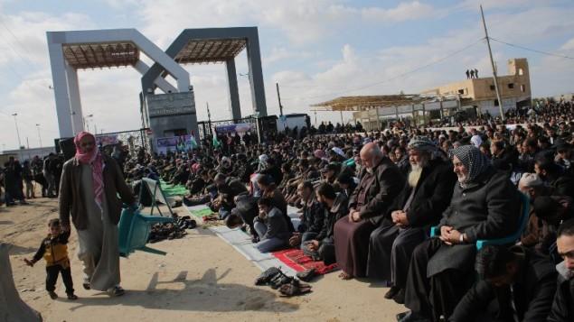 فلسطينيون يتجمعون امام معبر رفح بين قطاع غزة ومصر، 16 يناير 2015 (Said Khatib/AFP)