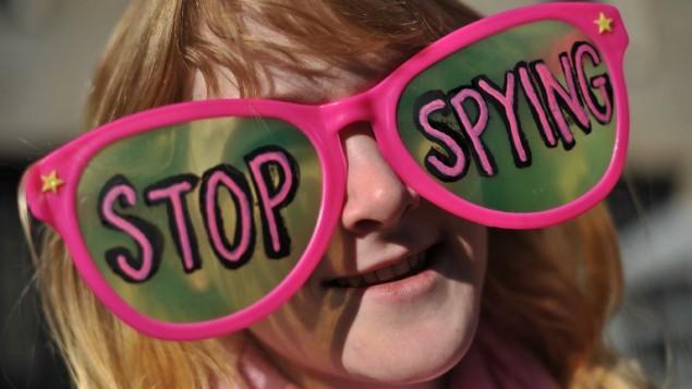 (ارشيف) ناشطة للحريات المدنية اثناء مظاهرة ضد التجسس على المواطنين الأمريكيين من قبل وكالة الأمن القومي الأمريكية، 17 يناير 2014 (NICHOLAS KAMM / AFP)