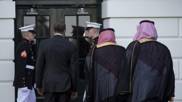 الرئيس الأمريكي باراك أوباما يرحب بولي العهد السعودي الأمير محمد بن نايف (في الوسط) وولي ولي العهد الأمير محمد بن سلمان (من اليمين) في البيت الأبيض في واشنطن العاصمة في 13 مايو، 2015 استعدادا لإستقبال زعماء من دول مجلس التعاون الخليجي. ( AFP PHOTO/NICHOLAS KAMM)