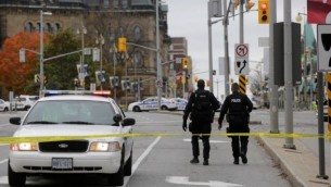 الشرطة الكندية بعد هجوم بالقرب من البرلمان الكندي في اوتاوا، 22 اكتوبر 2014 (Mike Carroccetto/Getty Images/AFP)