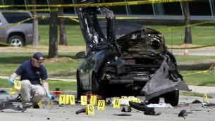 رجال الاف بي اي يتفحصون مكان الهجوم على صالة عرض في تكساس حيث اقيمة مسابقة لرسومات للنبي محمد، 4 مايو 2015 (Ben Torres/Getty Images/AFP)