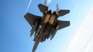 طائرة F-15E أمريكية  تحمل قنابل GBU-12 و GBU-28 خلال تدريبات في يوتا عام 2010. (US Air Force)