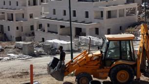البناء في مستوطنة جفعات زئيف، 8 ديسمبر 2010 (Yossi Zamir/FLASH90)