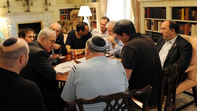 رئيس الوزراء بينيامين نتنياهو في حوار مع مستشاريه في بلير هاوس في واشنطن، مايو 2011. غيل شيفر على أقصى يسار الصورة. دوري غولد على أقصى اليمين.  رون ديرمر يجلس، الثاني من اليمين، مع ظهره إلى الكاميرا بقميص بأكمام قصيرة. يعكوف عميدرور (الملتحي)، يتسحاق مولخو (يحجبه نتنياهو جزئيا)  وأمين عام مجلس الوزراء السابق تسفي هاوسر (قميص أسود ونظارات) يجلسون حول الطاولة أيضا. (Avi Ohayon/Flash90)