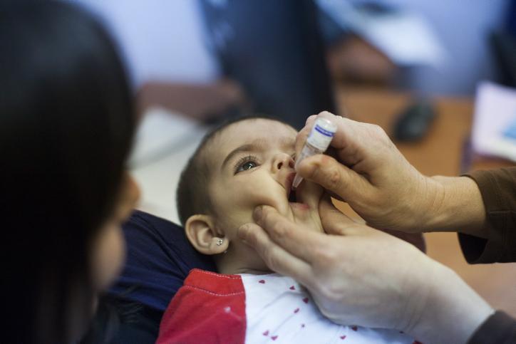 تطعيم طفلة في المركز الطبي للأطفال في نيفيه يعكوف، القدس، 10 سبتمبر، 2013. (Yonatan Sindel/Flash90)