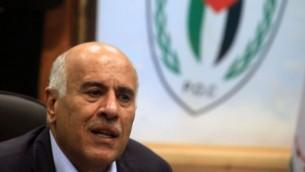 رئيس إتحاد كرة القدم الفلسطيني جبريل الرجوب خلال حديثه في مؤتمر صحفي في رام الله، 2 فيراير، 2014. (Issam Rimawi/Flash90)