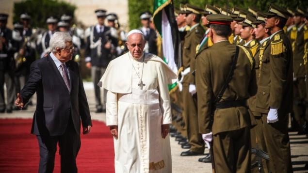 الرئيس الفلسطيني محمود عباس يستقبل البابا فرنسيس في مدينة بيت لحم، 25 مايو 2014 (Atta Jaber/Flash90)