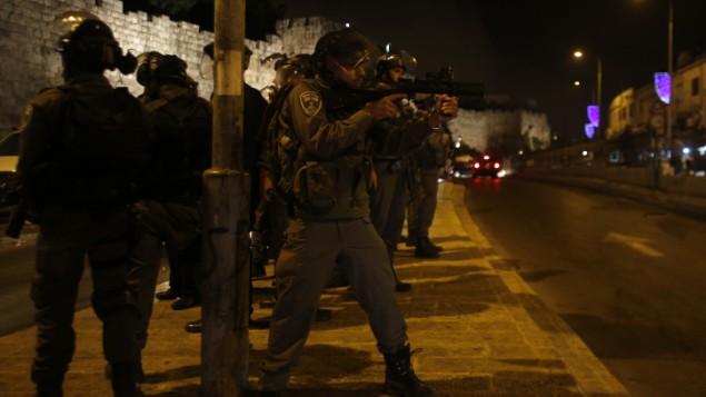 صورة توضيحية للشرطة الإسرائيلية بالقرب من باب العامود في القدس. (Sliman Khader/FLASH90)