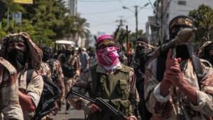 مقاتلو حركة الجهاد الإسلامي يحتفلون بما قالو انه انتصار على اسرائيل في مدينة غزة، 24 اغسطس 2014 (Emad Nassar/Flash90)