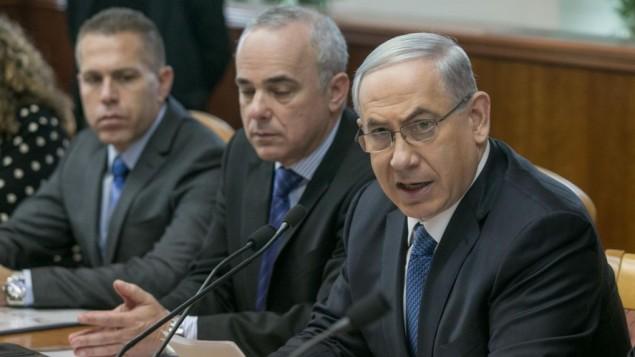 رئيس الوزراء بينيامين نتنياهو (من اليمين)، مع الوزراؤ غلعاد إردان (من اليسار) ويوفال شتانيتس (في الوسط)، خلال إجتماع للحكومة في القدس، 23 نوفمبر، 2014 (Ohad Zwigenberg/Flash90/Pool)