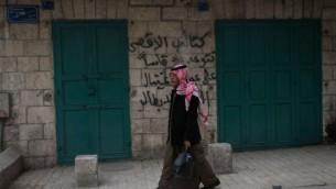 رجل فلسطيني يسير في مدينة بيت لحم في الضفة الغربية في 24 فبراير، 2015. (Marcelo Sus/Flash 90)