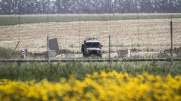 مركبة عسكرية اسرائيلية على الحدود بالقرب من خان يونس، جنوبي قطاع غزة، 30 مارس 2015 (Abed Rahim Khatib/Flash90)