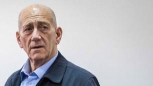 رئيس الوزراء الإسرائيلي السابق اهود اولمرت في محكمة في القدس، 30 مارس 2015 (Emil Salman/POOL)