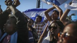 محتجون خارج مقر قيادة الشرطة في القدس في تظاهرة ضد العنف والعنصرية الموجهة ضد الإسرائيليين من أصول أثيوبية. 30 أبريل، 2015. (Hadas Parush/ FLASH90)