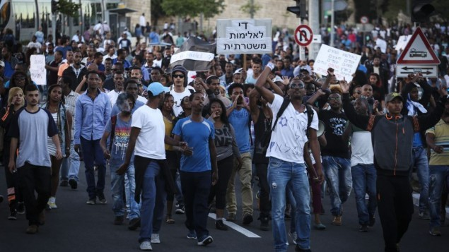 مئات من الاثيوبيين يتظاهرون في القدس احتجاجا على عنف الشرطة والعنصرية ضد فئتهم بعد ظهور فيديو يظهر عناصر من الشرطة الاسرائيلية يضربون جندي اسرائيلي من اصل اثيوبي  30 ابريل  2015  -  Hadas Parush/ FLASH90