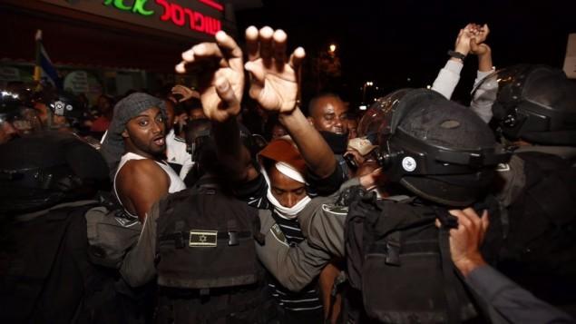 مئات من الاثيوبيين يتظاهرون في القدس احتجاجا على عنف الشرطة والعنصرية ضد فئتهم 30 ابريل  2015  -  Yonatan SIndel/Flash90