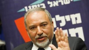 """زعيم حزب """"إسرائيل بيتنا"""" أفيغدور ليبرمان في الكنيست، 4 مايو، 2015 (Miriam Alster/Flash90)"""