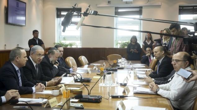 رئيس الوزراء بنيامين نتنياهو يترأس اجتماع الحكومة الأسبوعي في مكتبه في القدس، 10 مايو 2015 (Marc Israel Sellem/Flash90)