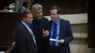 """زعيم """"المعسكر الصهيوني"""" يتسحاق هرتسوغ في حديث مع زعيم """"يش عتيد"""" يائير لابيد وعضو الكنيست عن """"المعسكر الصهيوني"""" إيتان كابل خلال جلسة للكنيست حول زيادة عدد الوزراء في الحكومة الجديدة في 11 مايو، 2015. (Miriam Alster/Flash90)"""