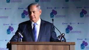 رئيس الوزراء بنيامين نتنياهو خلال التئام المنتدى العام الخامس لمحاربة معاداة السامية في القدس، 12 مايو 2015 (Kobi Gideon / GPO)