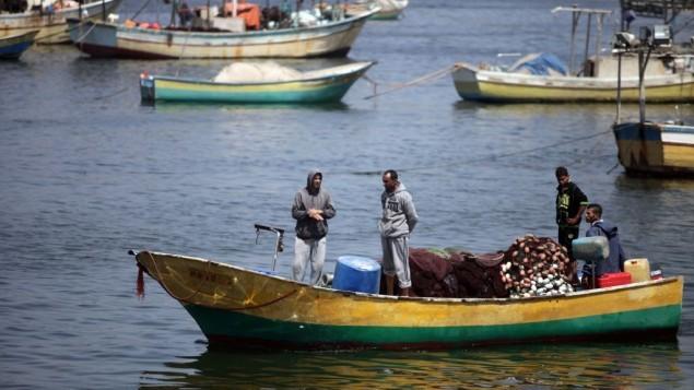 صيادون فلسطينيون في قواربهم في ميناء مدينة غزة، 13 مايو، 2015. (Aaed Tayeh/Flash90)
