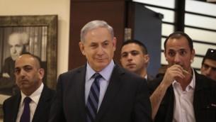 رئيس الوزراء بينيامين نتنياهو يغادر مكتبه في الكنيست في 13 مايو، 2015. ( Hadas Parush/Flash90)