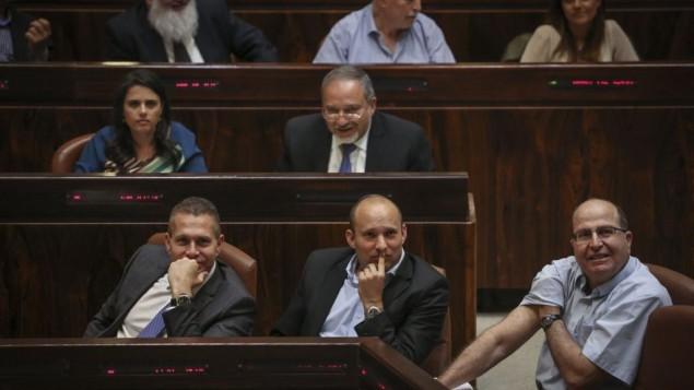 غلعاد إردان، من اليسار، ونفتالي بينيت، في الوسط، وموشيه يعالون في قاعة الكنيست في 13 مايو، 2015. (Hadas Parush/Flash90)