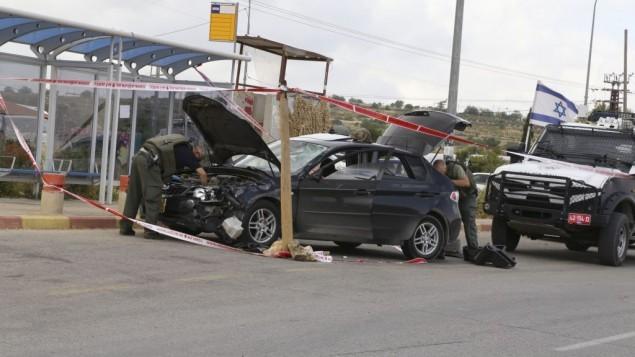 قوات الأمن الإسرائيلية تقوم بتفتيش سيارة منفذ هجوم دهس بالقرب من مستوطنة ألون شفوت، غوش عتصيون، 14 مايو 2015 (فلاش 90)