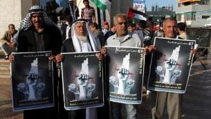 """فلسطينيون يشاركون في مسيرة لإحياء """"ذكرى النكبة"""" ال67، في رفح جنوب قطاع غزة، في 14 مايو، 2015. (Abed Rahim Khatib /Flash90)"""