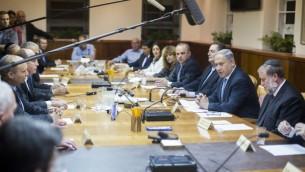 رئيس الوزراء بنيامين نتنياهو يقود الجلسة الأولى للحكومة الإسرائيلية الجديدة في مكتبه في القدس، 15 مايو 2015 (Yonatan Sindel/Flash90)