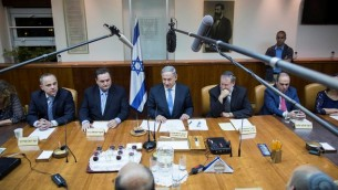 رئيس الوزراء بينيامين نتنياهو يترأس الإجتماع الأول للحكومة الإسرائيلية ال34 في مكتب رئيس الوزراء في القدس في 15 مايو، 2015. (Yonatan Sindel/Flash90)