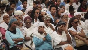 يهود اثيوبيون يحضرون مراسيم احياء ذكرى الاثيوبيين الذين سقطوا خلال سفرهم الى اسرائيل في جل هرتسل، 17 مايو 2015 (Gil Yochanan/POOL)
