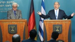 رئيس الوزراء الإسرائيلي بينيامين نتنياهو (من اليمين) خلال مؤتمر صحفي مشترك مع وزير الخارجية الألماني فرانك-فالتر شتاينماير في القدس في 31 مارس، 2015. (Marc Israel Sellem/POOL/FLASH90)