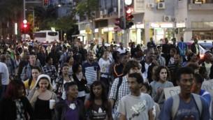 إسرائيليون يسيرون في تظاهرة للإحتجاج على عنف الشرطة في ميدان رابين بتل بيب يوم الأحد، 3 مايو، 2015. (Judah Ari Gross/Times of Israel staff)