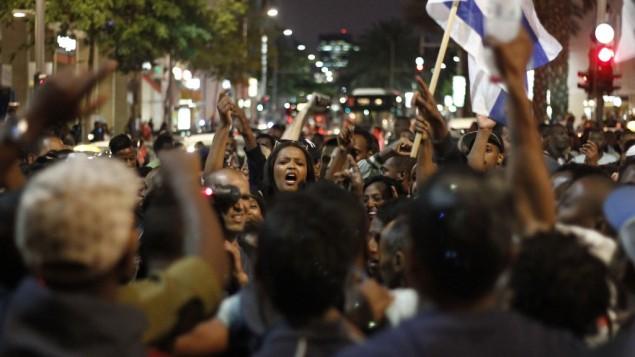 إسرائيليون أثيوبيون في تظاهرة ضد عنف الشرطة في ميدان رابين بتل أبيب الأحد، 3 مايو، 2015. ( Judah Ari Gross/Times of Israel staff)