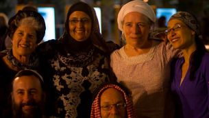 بعض  القادة الروحانيين في مساء من الصلوات والاناشيد التي نظمته كهيلات تسيون العام الماضي، مع تمار العاد-أبلباوم (يمين) (Courtesy Kehillat Zion)