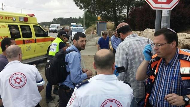 طواقم الاسعاف في مكان وقوع الحادث بالقرب من مستوطنة الون شفوت في الضفة الغربية، 14 مايو 2015 (Courtesy Gush Etzion local council)