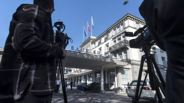 """احتشاد وسائل الإعلام أمام فندق """"بور أو لاك"""" حيث قامت السلطات السويسرية بعملية في الصباح الباكر في 27 مايو، 2015، اعتقلت خلالها مسؤولين في الفيفا. (AFP PHOTO / STR)"""