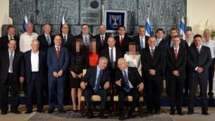 الصورة الرسمية للحكومة الاسرائيلية كما ظهرت في الصحف المتدينة بدون ظهور صور الوزيرات (فلاش 90)