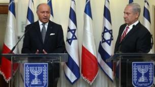 رئيس الوزراء الإسرائيلي، بينيامين نتنياهو، يلتقي بوزير الخارجية الفرنسي، لوران فابيوس، في مكتب رئيس الوزراء في القدس، 25 أغسطس، 2013. (Marc Israel Sellem/Pool/Flash90)