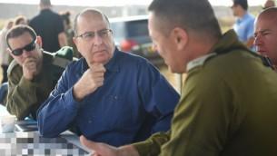 وزير الدفاع موشيه يعالون خلال تدريب عسكري في 7 مايو 2015 (Diana Hananshvili/Defense Ministry)