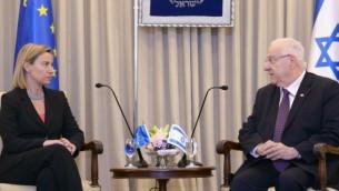 الرئيس رؤوفين ريفلين يلتقي بوزيرة خارجية الإتحاد الأوروبي، فيديريكا موغيريني، في بيت رئيس الدولة في القدس في 21 مايو، 2015. (Mark Neyman/GPO)