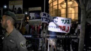 متظاهرون في ميدان هابيما في تل أبيب يحتجون على ترحيل المهاجرين الأفارقة الأحد، 2 مايو، 2015. (لقطة من Ynet).