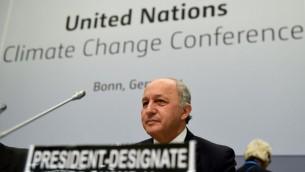 وزير الخارجية الفرنسي والرئيس المقبل لمؤتمر المناخ الدولي الحادي والعشرين لوران فابيوس خلال افتتاح اجتماع المفاوضات المرحلية لتغيير المناخ للأمم المتحدة في مدينة بون الألمانية، 1 يونيو 2015 (PATRIK STOLLARZ / AFP)