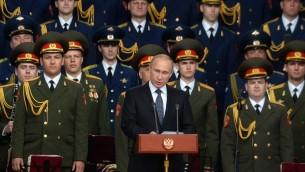 """الرئيس الروسي فلاديمير بوتين اثناء افتتاح المعرض العسكري """"الجيش-2015"""" بالقرب من موسكو، 16 يونيو 2015 (VASILY MAXIMOV / POOL / AFP)"""