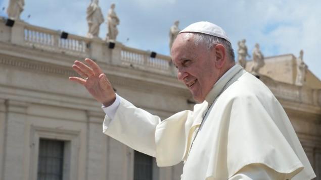 البابا فرنسيس بعد خطبته الاسبوعية في الفاتيكان، 17 ينيو 2015 (ALBERTO PIZZOLI / AFP)