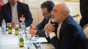 وزير الخارجية الإيراني محمد جواد ظريف خلال لقاء في فيينا، النمسا، 27 يونيو 2015 (CHRISTIAN BRUNA / POOL / AFP)