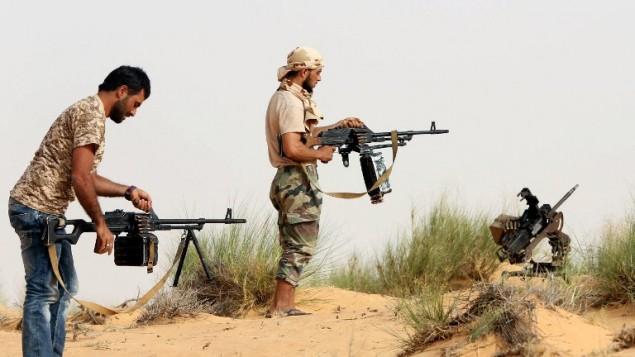 """عناصر قوات """"فجر ليبيا""""، 25 مايو 2015 (MAHMUD TURKIA / AFP)"""