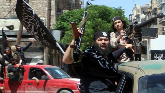 مقاتلو جبهة النصرة في شوارع مدينة حلب السورية، 26 مايو 2015 (FADI AL-HALABI / AMC / AFP)