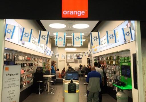 """إسرائيليون داخل محل تجاري تابع لشركة الإتصالات الفرنسية """"أورانج"""" في القدس، 4 يونيو، 2015. (AFP PHOTO / THOMAS COEX)"""